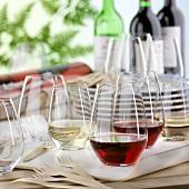Gartenparty mit Weingläsern