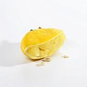 Eine ausgepresste Zitronenhälfte