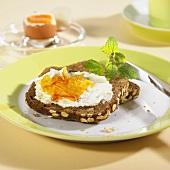 Vollkornbrot mit Quark und Marmelade & Frühstücksei