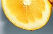 Eine Zitronenhälfte auspressen