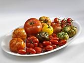 Verschiedene Tomaten auf einer Platte