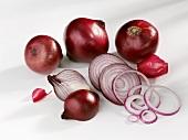 Rote Zwiebel, ganz, halbiert und in Scheiben