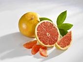 Eine ganze und eine halbe Grapefruit mit Filets und Schnitz