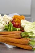Geschnittenes Gemüse auf einem Küchenbrett