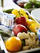 Verschiedene Zutaten in einer Wanne für die Großküche
