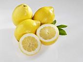 Drei ganze und eine halbe Zitrone