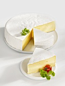 Angeschnittener Camembert mit zwei Käse-Ecken