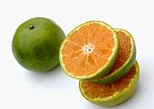 Ganze Tangerine & Tangerine in Scheiben geschnitten