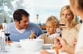 Familie beim Abendessen