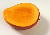Eine angeschnittene Mango