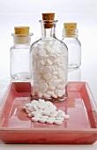 Tabletten in Apothekerflasche und daneben