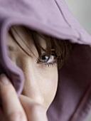 Junge Frau mit Kapuze