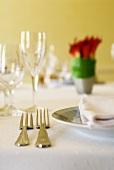 Gedeckter Tisch für zwei mit Blumenvase