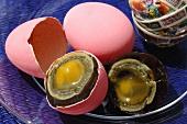 Ganzes und halbiertes Hundertjähriges Ei