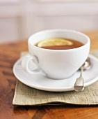 Eine Tasse Tee mit Zitrone