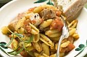 Nudeln mit Fleisch und Tomatensauce, Weissbrot