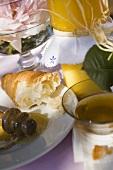 Honig und angebissenes Croissant