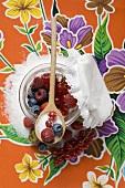 Frische Beeren mit Zucker im Marmeladenglas
