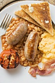 Baked beans with scrambled egg, sausages, bacon, tomato & toast