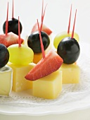 Cheese and fruit appetisers (with grapes and strawberries)