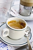 Tasse Espresso im Cafe am Markusplatz (Venedig, Italien)