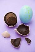Zwei Schokoladeneier, eines angebrochen