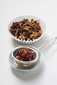 Früchtetee, ungekocht im Pralinenförmchen und überbrüht