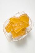 Kandierte Ananasstücke in Plastiktüte