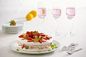 Baisertorte mit Erdbeercreme und frischen Erdbeeren