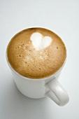 Tasse Cappucchino mit Herz im Milchschaum