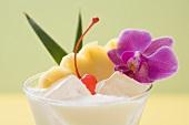 Pina Colada mit Ananas, Cocktailkirsche und Orchidee