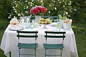 Gedeckter Tisch im Freien für ein Gartenfest