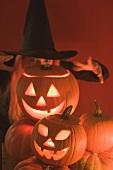 Kürbislaternen und Hexe zu Halloween