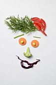 Lustiges Gesicht aus Gemüse und Dill