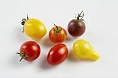 Tomaten in verschiedenen Farben auf weißem Untergrund