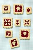 Neun quadratische Marmeladenplätzchen