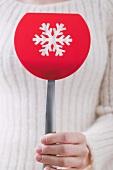 Frau hält weihnachtlichen Pfannenwender