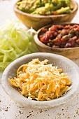 Geriebener Käse, Guacamole und Salsa