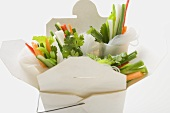 Reispapierröllchen mit Gemüsefüllung im Take-Out-Behälter