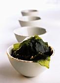 Algen in weisser Porzellanschale