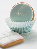 Biscuit with the word Merci in paper case