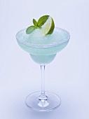 Frozen Margarita mit Limettenschnitz und Minze