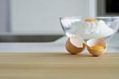 Aufgeschlagenes Ei, Glasschüssel mit Mehl und Ei