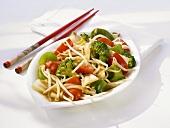 Asiatisch gebratenes Gemüse und Sprossen