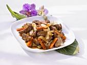 Asiatisch gebratenes Rindfleisch mit Gemüse