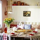 Tisch mit Kuchen, Kaffee und frischen Erdbeeren