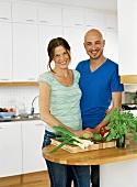 Frau und Mann stehen in einer Küche