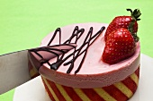 Erdbeercharlotte mit Messer anschneiden
