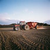 Traktor auf dem Feld beim Säen