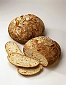 Ein Brotlaib und ein angeschnittenes Brot